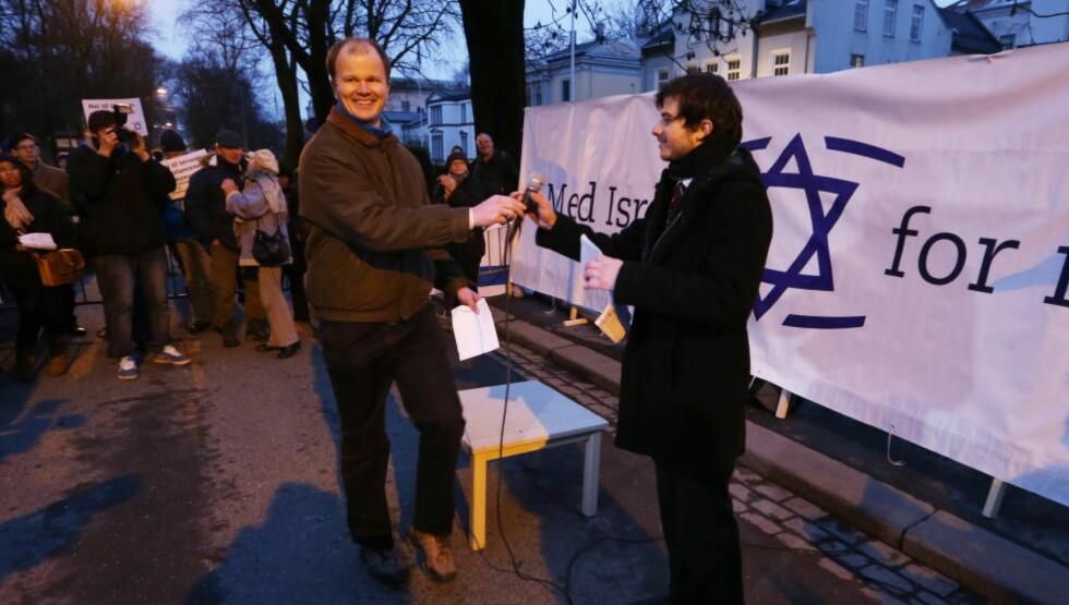 ØKT OPPSLUTNING: Organisasjonen Med Israel for fred (MIFF) og leder Conrad Myrland opplever medlemsvekst. Her fra en demonstrasjon utenfor den israelske ambassaden i 2012 sammen med Israels viseambassadør, George Deek. Foto: Håkon Mosvold Larsen / NTB scanpix