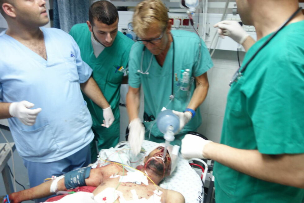 BEHANDLER SKADDE: Her er den norske legen Mads Gilbert i aksjon på Shifa-sykehuset i Gaza. Foto: Privat