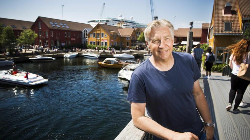 FISKEBRYGGA: - Det finnes ikke noe bedre sted enn Kristiansand om sommeren, sier Terje Formoe. Han har ei leilighet i Oslo også, men etter at drømmehuset dukket opp ser han ingen grunn til å flytte fra Kristiansand. Foto: SONDRE STEEN HOLVIK