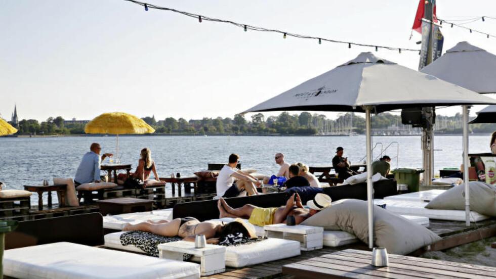 STRANDLIV I BYEN: På Refshaleøen kan du spise middag, bade eller bare drømme deg til Middelhavet. Sentrum ligger på den andre siden av vannet. Foto: KRISTIAN RIDDER-NIELSEN