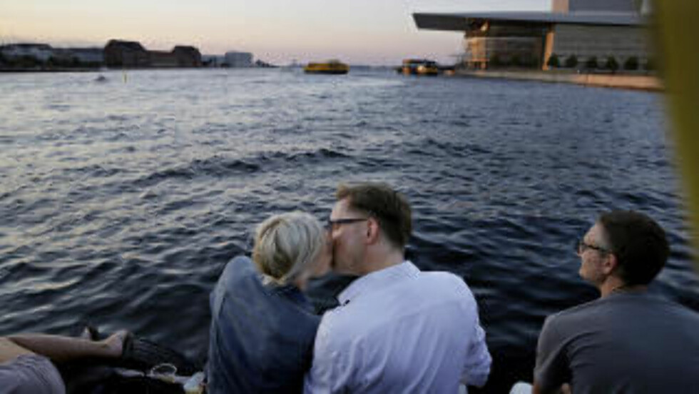 ROMANTISK: Ta en tur til nye områder av København. Dette paret koser seg i solnedgangen på Papirøen. Foto: KRISTIAN RIDDER-NIELSEN