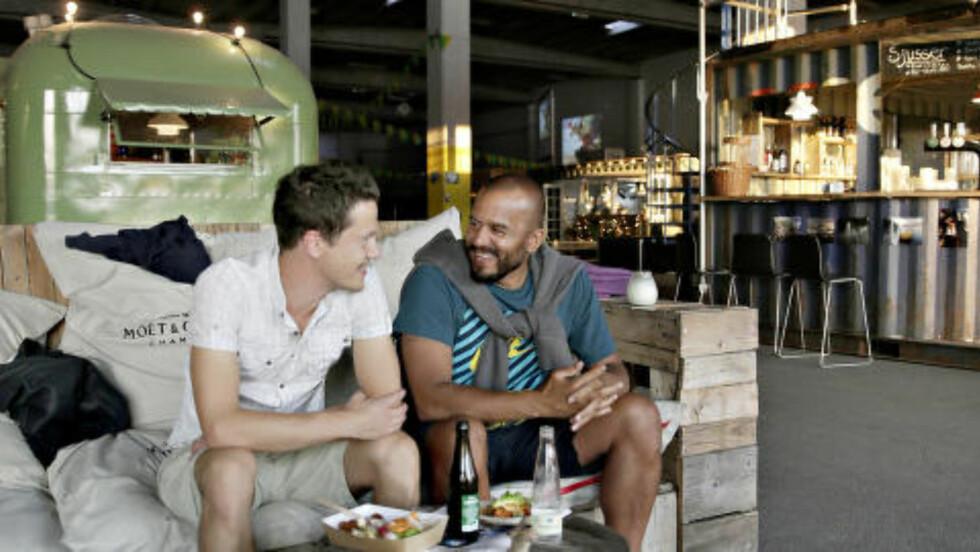 HVER SIN LYST: Den ene spise burger, den andre noe eksotisk. Klaus Landberg Jensen (36) og Mikael Pedersen (40) behøver ikke krangle om mattype. På matmarkedet Copenhagen Street Food på Papirøen finnes det mest. Foto: KRISTIAN RIDDER-NIELSEN