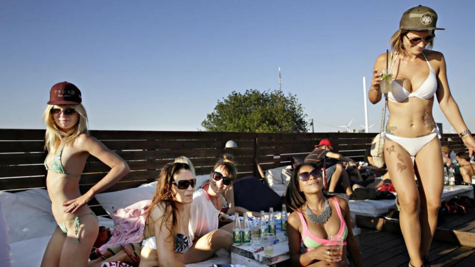 JENTEPARTY: Isabelle Dalhoff (nr 2 fra høyre) fyller 29 år,  og har invitert til jentefest på Halvandet. Foto: KRISTIAN RIDDER-NIELSEN