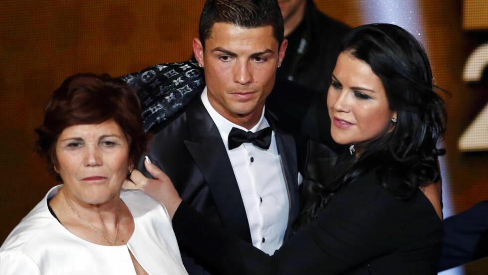 BOKAKTUELL: Dolores Aveiro (t.v.) gir ut bok og skriver blant annet at hun ville ta abort før hun fødte Cristiano Ronaldo. Her er de avbildet med søstra Katia Aveiro under Gullballen-utdeling i 2013. Foto: REUTERS/Arnd Wiegmann
