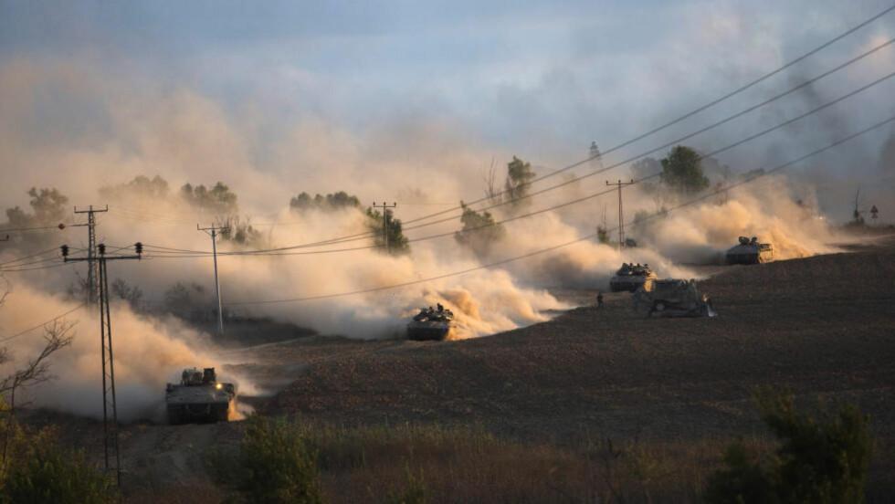 BAKKEINVASJON:  sraelske bakkestyrker utenfor den nordlige delen av Gazastripen fredag kveld. Foto: Reuters / NTB scanpix