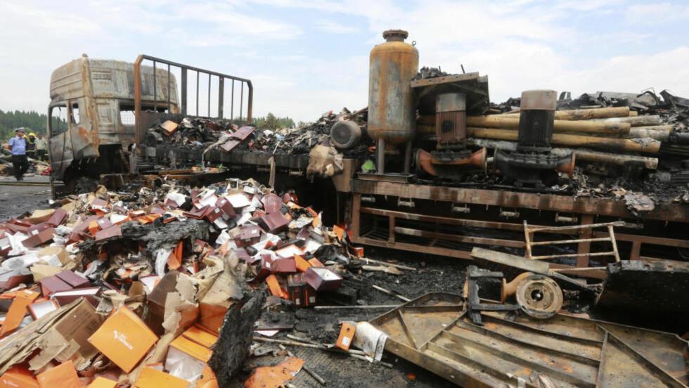 EKSPLOSJON:   Brennbar last på tankbilen eksploderte etter kollisjonen med en buss på motorveien fra Shangjai til Kunming. Foto: China Daily/Reuters/NTB Scanpix.