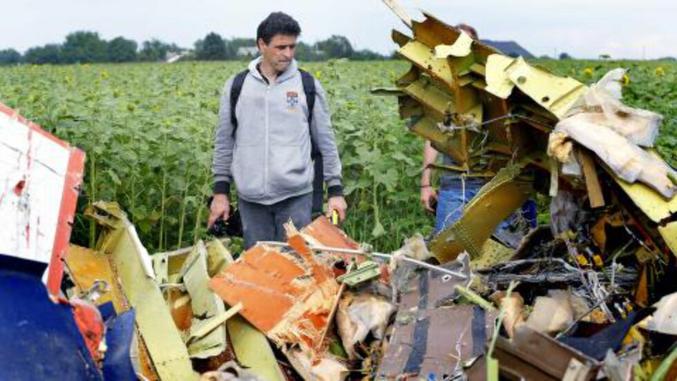 KNUST: En journalist undersøker det som er igjen av cockpiten til Malaysia Airlines Mh17. Foto:  EPA/ROBERT GHEMENT