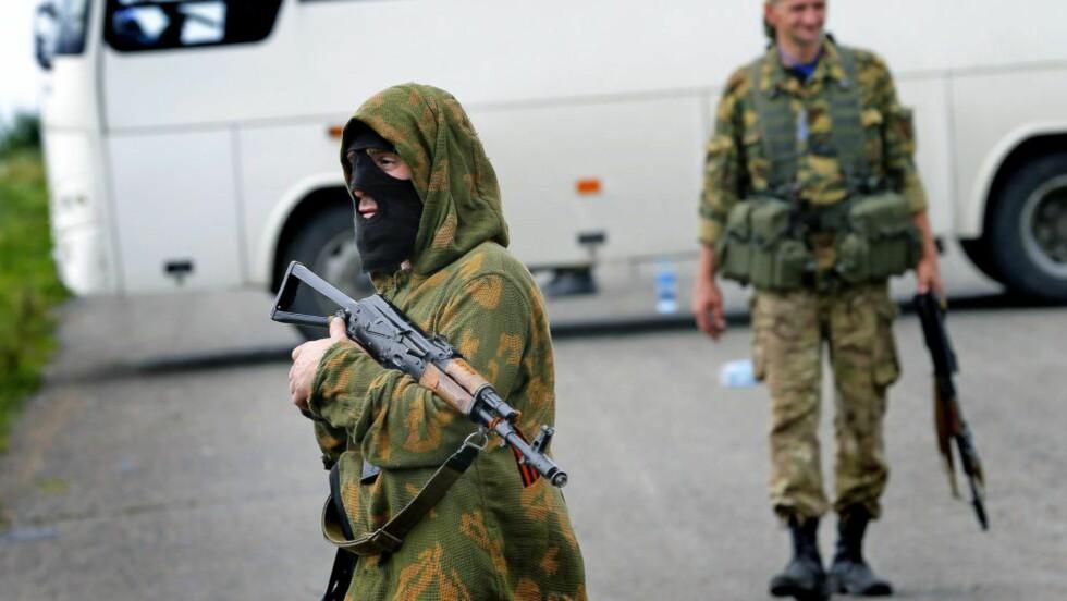 KRITIKK: Pro-russiske separatister holder vakt like ved krasjstedet for flyet. Russiske medier får nå kritikk for rapportene de leverte i timene etter flystyrten. Foto: EPA/ROBERT GHEMENT