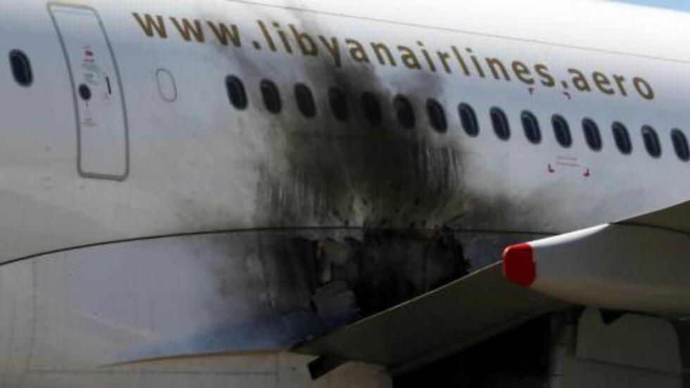 SKADDE FLY: Dette bildet fra i går viser er av flyene som ble skadd under angrepene på flyplassen i Tripoli mellom rivaliserende opprørsgrupper. Foto: EPA/STR/NTB scanpix