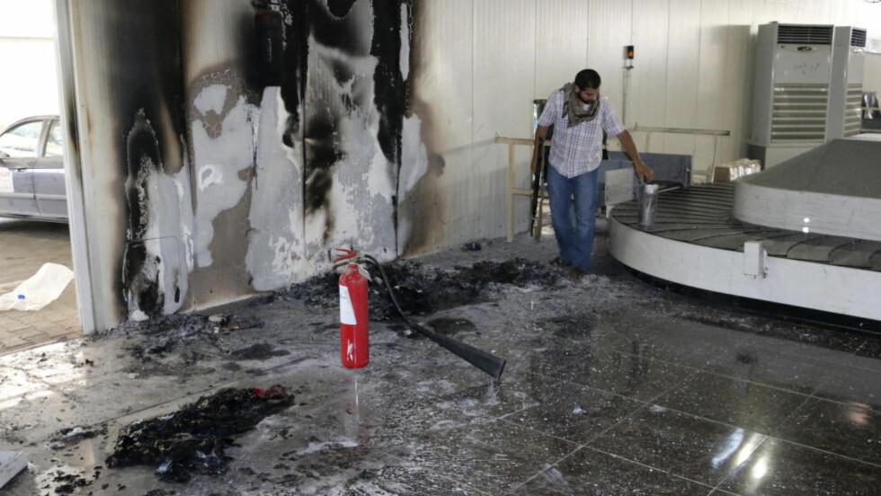 NYTT ANGREP: Flyplassen i Tripoli ble igjen angrepet søndag. Bildet er fra et angrep tidligere denne uka. Foto: Hani Amara / Reuters / NTB scanpix