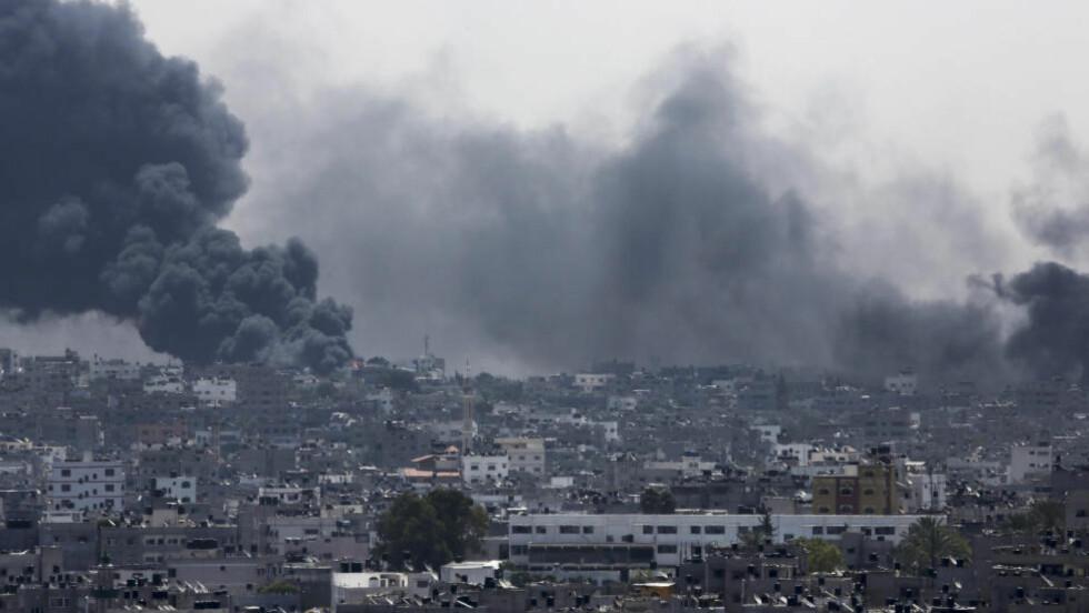 NY BOMBING: I natt skal de israelske styrkene ha siktet bombene sine mot nabolaget Shejaiya i Gaza. Over 40 palestinere skal ha mistet livet, og over 400 personer skal ha blitt skadd. Foto: AP Photo/Adel Hana/NTB scanpix