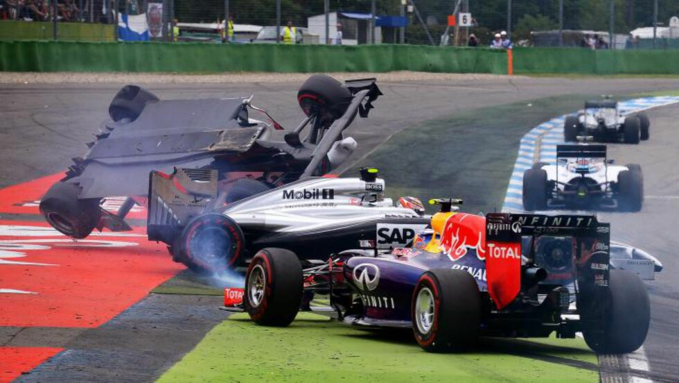 DRAMATIKK.Felipe Massa og Kevin Magnussen kjørte i hverandre. Foto:   EPA/DAVID EBENER