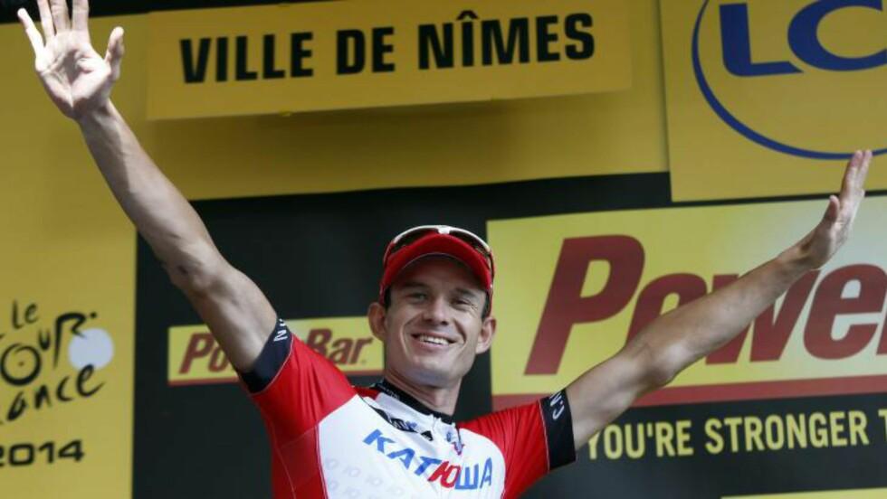 JUBEL: Alexander Kristoff kunne motta hyllesten på podiet i Nîmes etter å ha tatt sin andre etappeseier i touren. Foto: Kim Ludbrook / EPA