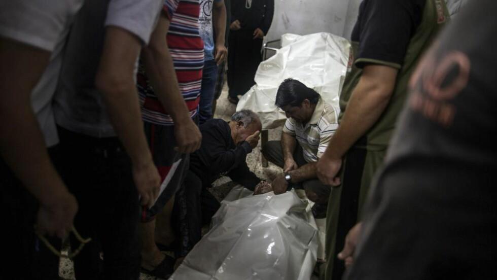 DØDSTALLENE STIGER:  Slektninger ser på sine slektninger på likhuset på al-Shifa-sykehuset i Gaza by, etter massive angrep mot nabolaget Shejaiya i natt og i dag. Foto: Marxo Longari / AFP Photo / NTB Scanpix