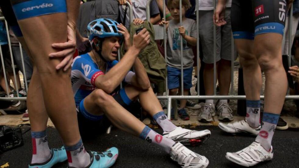 SLAGEN: Flere ble vitne til Jack Bauers iherdige kamp for å vinne etappen. Noen fikk også se 29-åringen på nært hold etter etappen der han deiset i asfalten. Foto: Jeff Pachoud / AFP