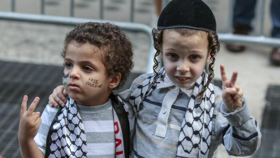 -BILDET GIR HÅP:  Dette bildet av en jødisk og en palestinsk gutt ble tatt under en demonstrasjon mot Israels aksjoner på Gaza i New York forrige torsdag. Foto: Bilbin S. Sasmaz / Abaxapress.com / NTB Scanpix