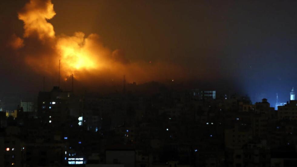 KAMPER I NATT: Det var nye israelske angrep mot Gaza by i natt. Foto: AP Photo/Khalil Hamra