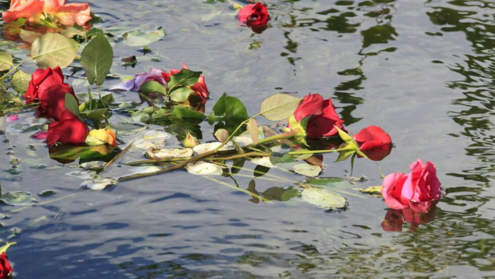 GRUSOM MASSAKRE: Roser ligger i vannskorpen til minne om de som mistet livet under massakren 22. juli.  Foto: Terje Bendiksby / Scanpix