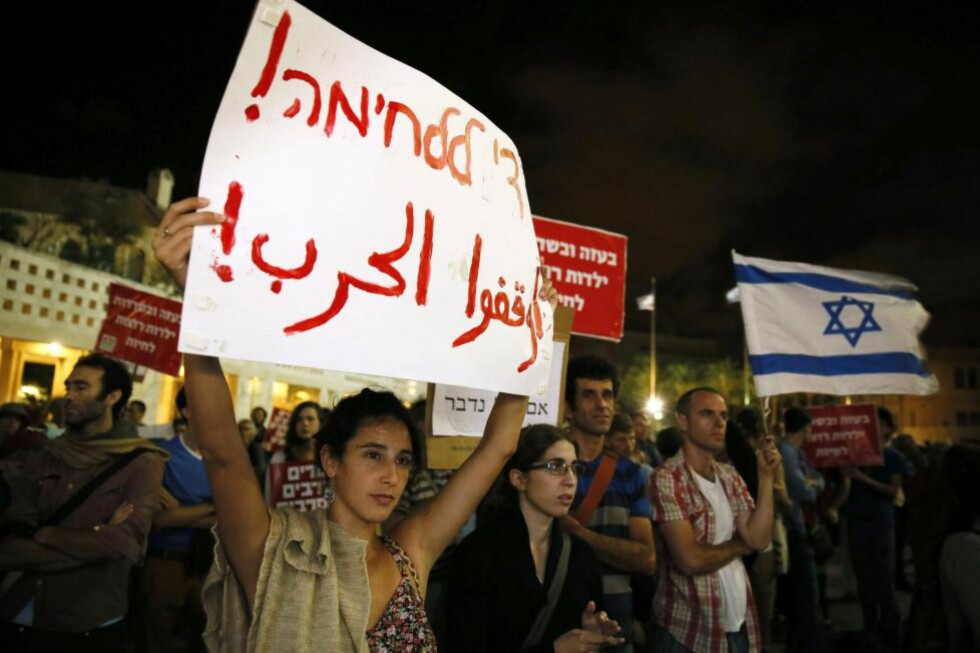 UPOPULÆRT: Det er lettere å vise en polarisert istedenfor en komplisert virkelighet, skriver kronikkforfatteren. Bildet viser en israelsk demonstrasjon mot Israels militære operasjon i Gaza. Foto: Gali Tibbon / AFP / NTB Scanpix