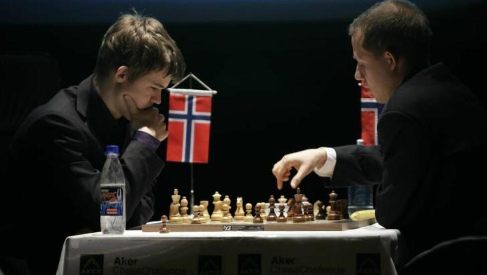 OL-KLAR: Kjetil Aleksander Lie, som her spiller mot en ung Magnus Carlsen, skal spille på det norske førstelaget i åpen klasse.  Foto: Erlend Aas / SCANPIX