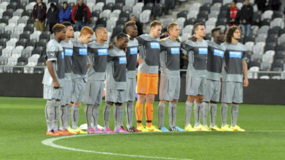 ETT MINUTT: Newcastle avholdt ett minutts stillhet til minne om sine avdøde fans før kampen mot Sydney FC. Foto: AP Photo / SNPA / NTB Scanpix