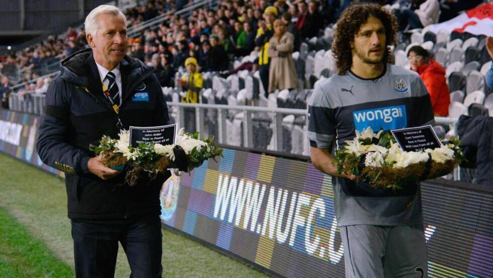 KRANSENEDLEGGELSE: Newcastles manager Alan Pardew og kaptein Fabrico Coloccini gikk opp på tribunen og la ned kranser til minne om John Alder og Liam Sweeney. Foto: AFP PHOTO / MARTY MELVILLE / NTB Scanpix