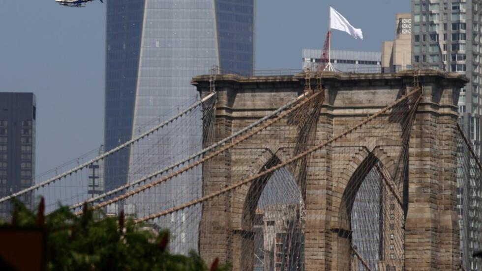 HVITE FLAGG: Vandaler heiste hvite flagg på Brooklyn Bridge i New York. Foto: EPA/ANDREW GOMBERT