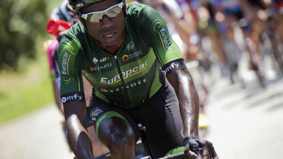 UTSATT FOR RASISME: Kévin Reza som satt i brudd under den 16. etappen i Tour de France, skal ifølge sin sjef ha blitt utsatt for rasisme under etappen.  AFP PHOTO / JEFF PACHOUD