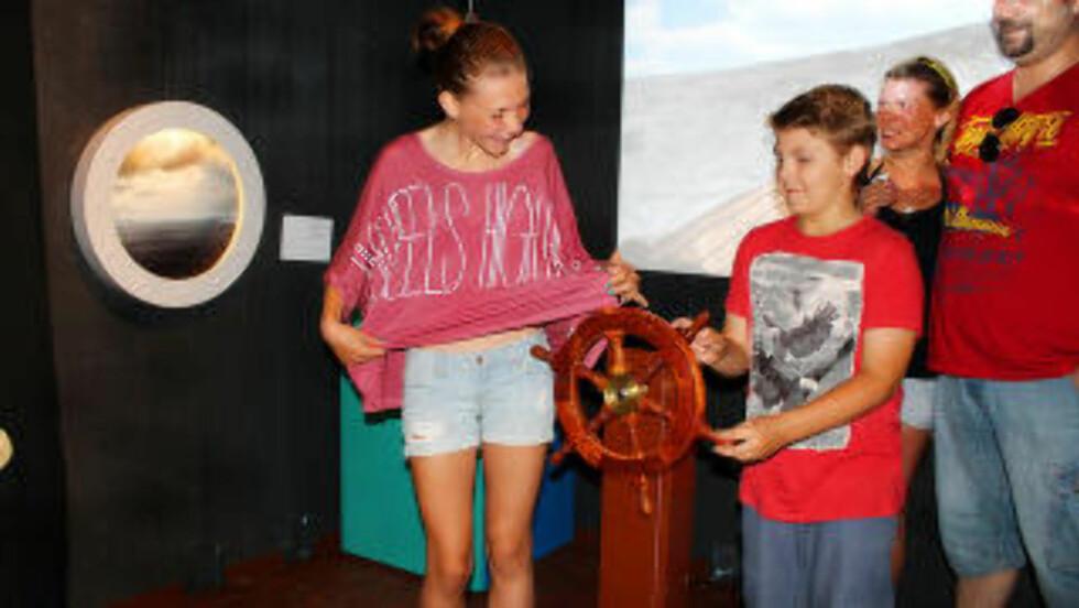 I HAVETS HUS:  Minna og Liam styrer piratskipet «Svarta Örnen» inne i akvariet. Foto: KIRSTEN MARGRETHE BUZZI