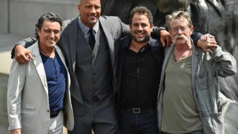 STJERNELAG: Fra venstre: Den britiske skuespilleren Ian McShane, Dwayne Johnson, den amerikanske filmregissøren Brett Ratner som nå får kritikk og den britiske skuespilleren John Hurt i London på promo-jobb.  AFP PHOTO/BEN STANSALL