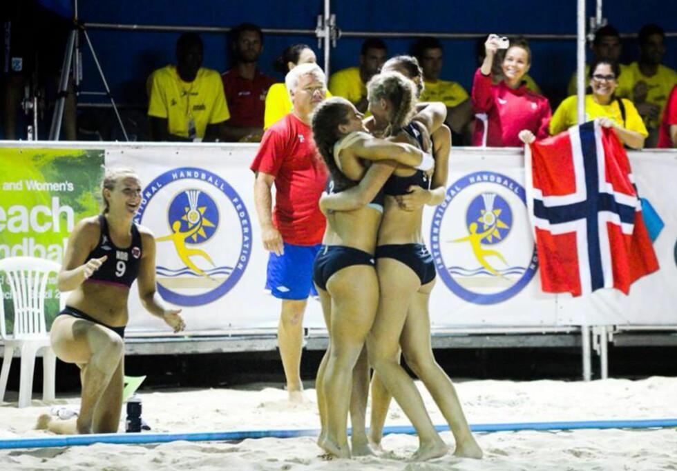 JAKTER GULL: Norges beachhåndball-jenter storspiller i VM i Brasil. Men landslagssjef Eskil Berg Andreassen mener det må en regelendring til for at sporten skal bli større. Foto: Norges beachhåndballjenter