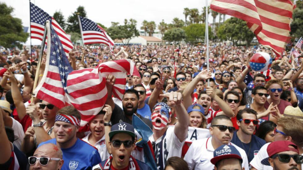 EKSTASE:  USA-fans ved Redondo Beach, California under VM-kampen mot Belgia. Foto: REUTERS/Lucy Nicholson
