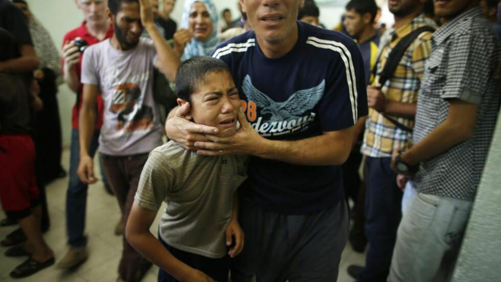 16 DREPT: En palestinsk gutt flykter fra skolen etter angrepet. Foto: REUTERS/Mohammed Salem