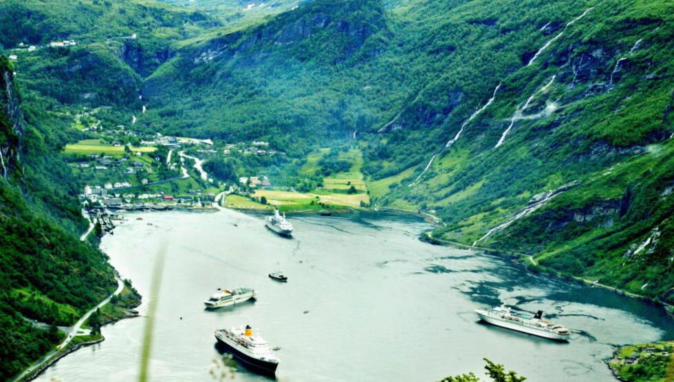 EVAKUERER: Kystverket har økt sikringstiltakene i alle norske havner. På kaiene i Geiranger er det iverksatt evakuering av folk. Utenfor ligger daglig flere cruisebåter.   Arkivfoto: Mette Møller / Dagbladet