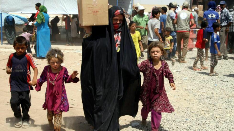 FLYKTNINGER: Flere irakiske familier har flyktet til en leir i Khazir, i Irak, etter at medlemmer fra islamistgruppe ISIL har rykket fram nord i landet.  Foto: EPA/KAMAL AKRAYI/SCANPIX