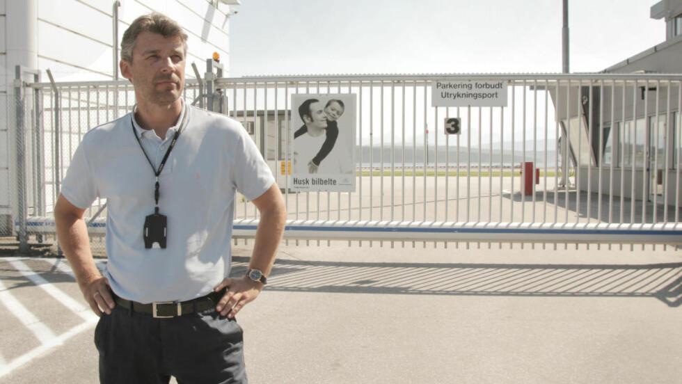 - NESTEN SOM EN ØVELSE: Lufthavnsjef John Offenberg på Årø lufthavn Molde tror ikke passasjerene vil merke den økte beredskapen der spesielt. Foto: Erik Hattrem / Dagbladet