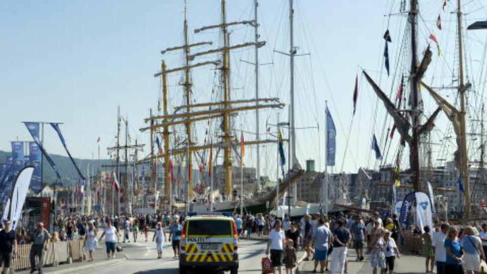 OVERVÅKER: Politiet i Bergen har høynet beredskapen i forbindelse med Tall Ships Races som åpnet på Bryggen i dag.   Foto: Tor Erik H. Mathiesen/Dagbladet