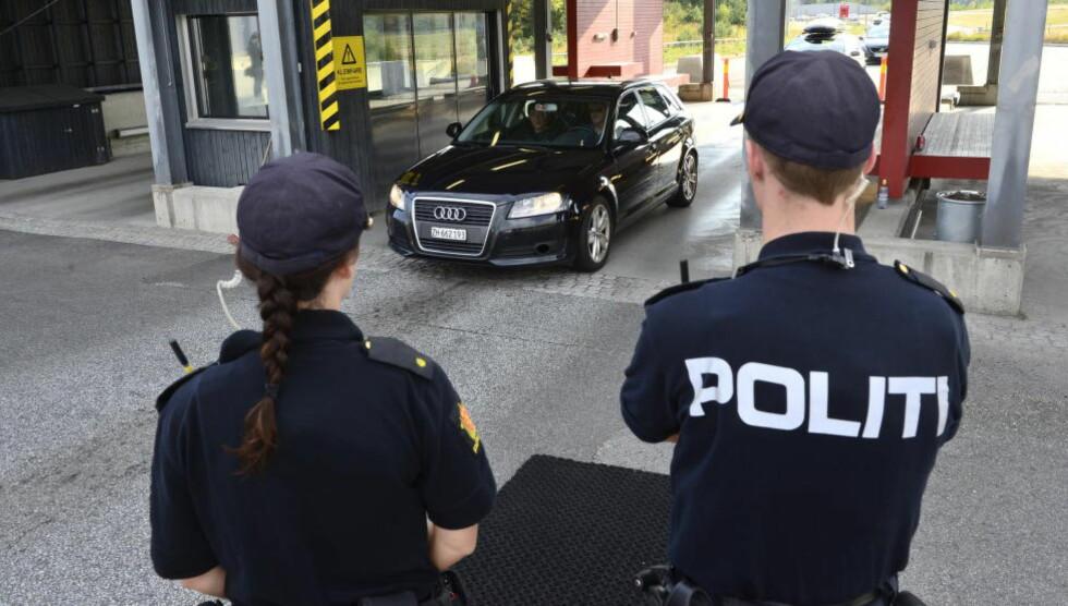 GRENSEKONTROLL: Bilene som passerte grensen ved Svinesund i dag ble sjekket av politiet. Foto: Benjamin A. Ward/Dagbladet