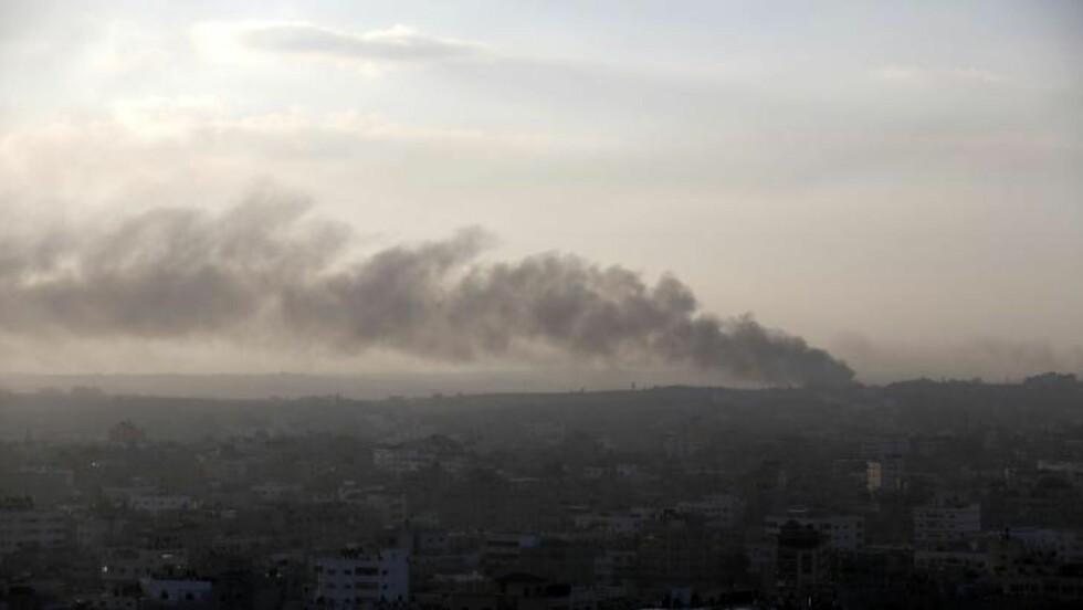 I DAG TIDLIG: Røyk etter et angrep mot Gaza i dag tidlig. I dag har de to en tolv timers lang tillitt. Foto: AFP PHOTO / MOHAMMED ABED