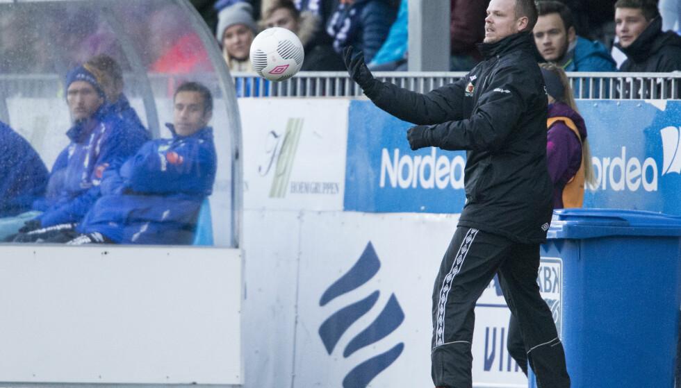 FRAM OG TILBAKE: Kristiansunds trener Christian Michelsen i kvalifiseringskampen mellom Kristiansund og Jerv på Kristiansund stadion. Foto: Svein Ove Ekornesvåg / NTB scanpix