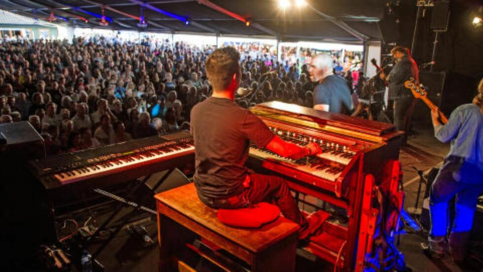 BLUESÅPNING: Nick Moss Band på scenen under åpningen av Notodden Blues Festival i kveld. Flere tusen mennesker møtte opp.