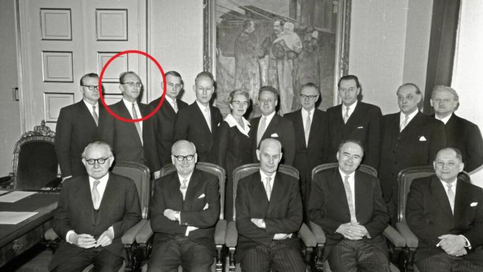 NAVNGITT: Lønns- og prisminister Gunnar Bøe i Einar Gerhardsens tredje regjering, nummer to fra venstre i bakerste rekke, navngis som agenten «Mono» i et nylig åpnet KGB-arkiv. FOTO: Arbeiderbevegelsens Arkiv og Bibliotek.