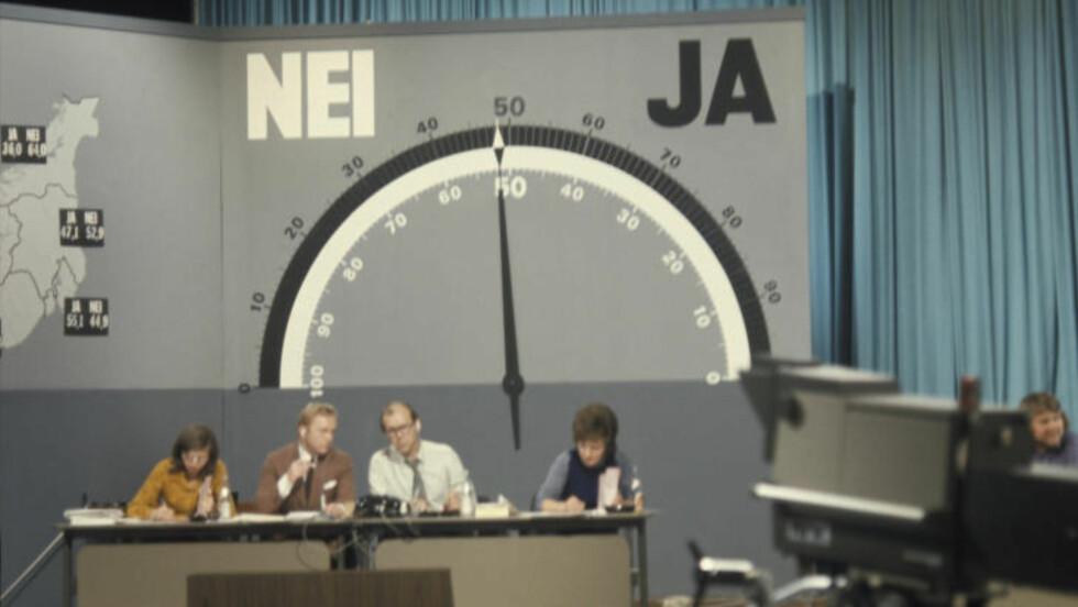 1972: Folkeavstemningen om medlemskap i De europeiske fellesskap (EF). Her fra valgvaken i  NRK studio med barometeret som viser hvoran Ja og Nei siden står.  Pilen tipper mot flertall for Nei. De endelige tallene ble 53.49 prosent for Nei og 46.51 prosent for Ja. Programlederne i midten er Lars Jacob Krogh (th) og Geir Helljesen. Foto: NTB / SCANPIX