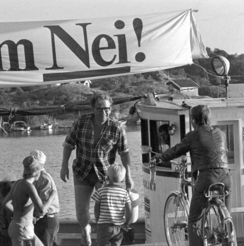 1972: Folkebevegelsen mot norsk medlemskap i Fellesmarkedet trålet kysten med fiskeskøyte for å spre materiell om hvorfor Norgebør si nei til EF i 1972. Her er Arne Haugestad, daglig leder i Folkebevegelsen, som tar sin tørn om bord. Foto Jarle Bruvik / AKTUELL / SCANPIX