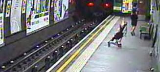 Her blåser barnevogna ned på T-banesporet