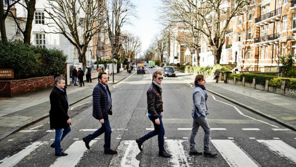 FAB FOUR: Til ære for fotografen gjenskapes det ikoniske Beatles-bildet. Først, produsent Jørgen Storm Rosenberg, Magne Furuholmen, Peter Flinth og Kjetil Bjerkestrand. Foto: MORTEN RAKKE