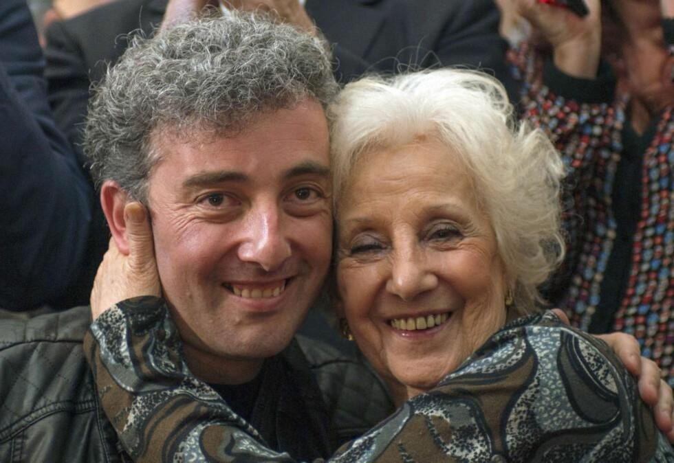 GJENFORENT: Estela de Carlotto, til høyre, president i Bestemødrene på Mai-plassen, som arbeider for å oppspore barn som ble stjålet fra foreldre i fangenskaåp under militær-doktaturet i Argentina fra 1976 til 1983, klemmer sitt barnebarn Guido. Hennes datter og hans mor Laura ble drept i 1976. Fram til nå har han levd under navnet Ignacio Hurban uten å vite sitt opphav. Foto: AFP / Scanpix  / Leo La Valle
