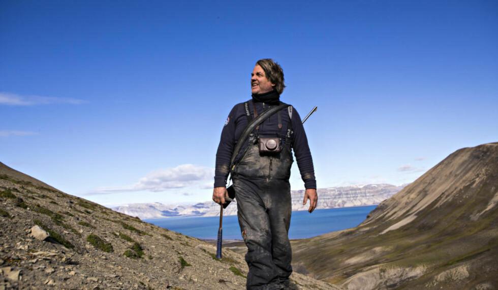 ØGLEJEGER: Paleontolog Jørn Hurum er tilbake på Svalbard for å lete etter øglene som spredte skrekk i det prehistoriske havet. Han håper å kunne sette strek for en langvarig krangel om opphavet til disse dyrene. Foto: GEIR BARSTEIN