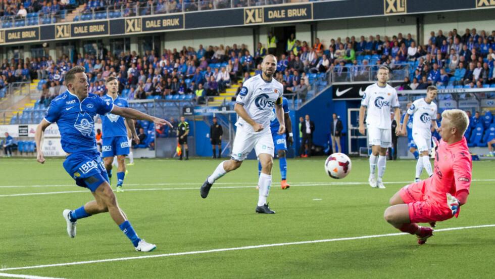 CUPAVANSEMENT: Moldes Mattias Moström setter inn 3-1 forbi keeper Arild Østbø i kvartfinalen i cupen mellom Molde og Viking på Aker Stadion. Foto: Svein Ove Ekornesvåg / NTB scanpix