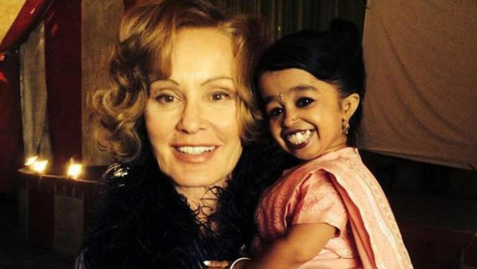 DUKKER SNART OPP: Verdens minste kvinne, indiske Jyoti Amge, er hentet inn til «American Horror Story». Her på fanget til Jessica Lange. Foto: Ryan Murphy/Twitter